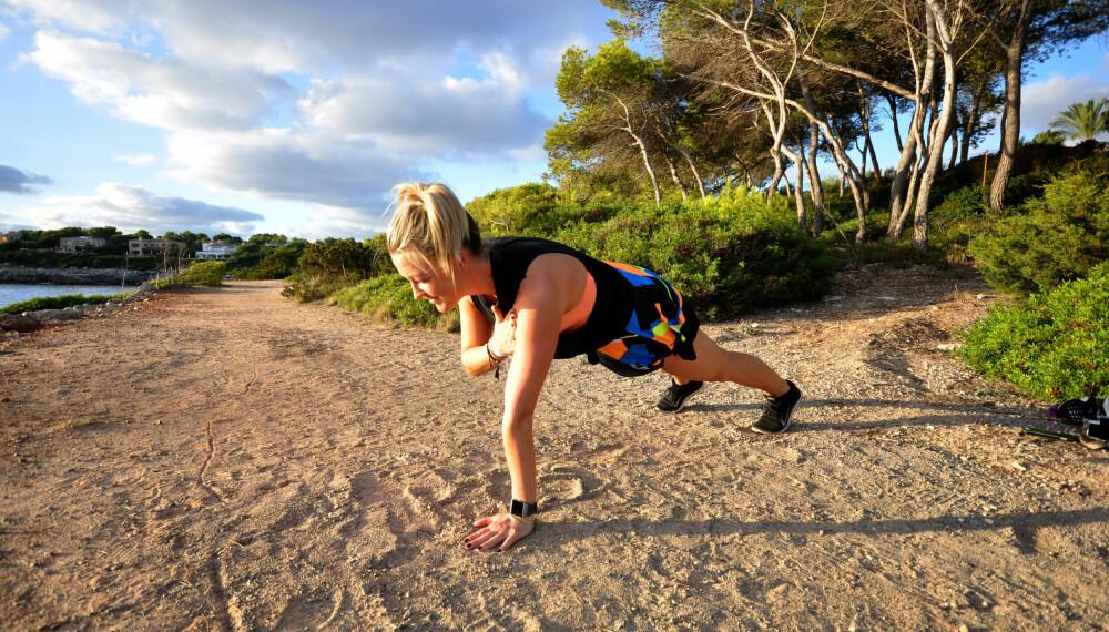 Treningsinstruktør Stine Hartmann viser ofte enkle treningsøkter du kan gjøre i på 1-2-3 uansett hvor du er på Instagram-kontoen sin.