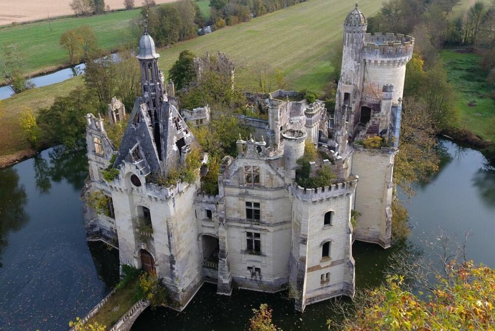 Har du noensinne hatt en drøm om å eie et slott? Det er ikke umulig lenger. Slottet La Mothe-Chandeniers i Vest-Frankrike skal renoveres i en prosess hvor 10.000 mennesker har donert penger.