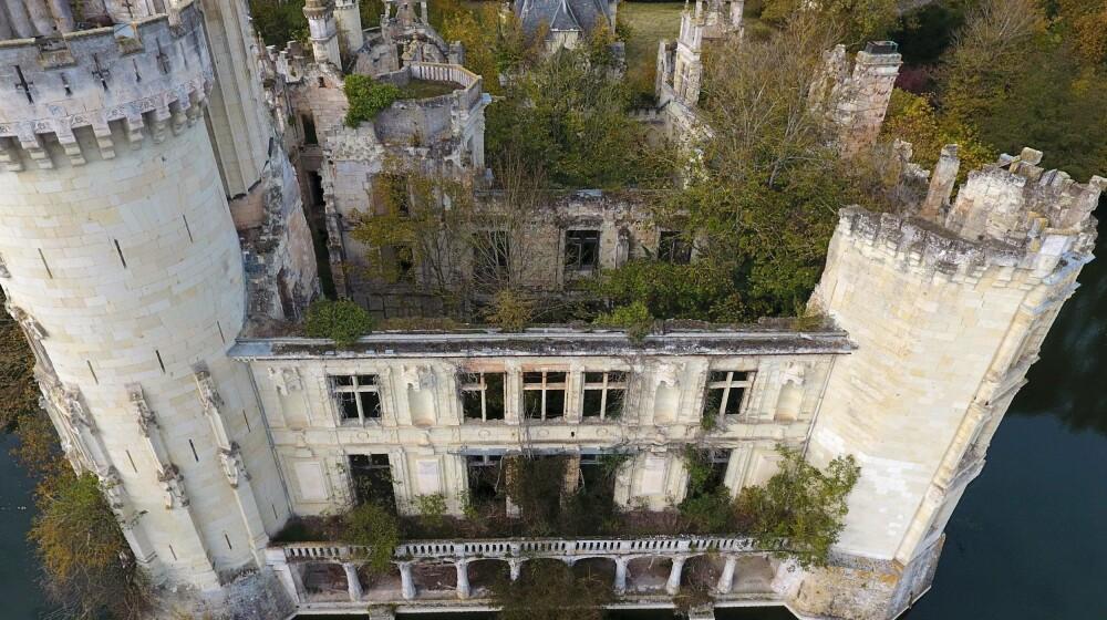 Slottet La Mothe-Chandeniers skal renoveres i en prosess hvor 10.000 mennesker som nå også er deleiere har donert penger.
