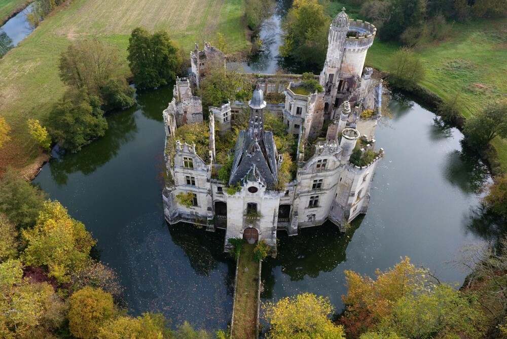 Har du noensinne hatt en drøm om å eie et slott? Det er ikke umulig lenger. Slottet La Mothe-Chandeniers i Vest-Frankrike skal renoveres i en prosess hvor 10.000 mennesker som nå også er deleiere har donert penger.