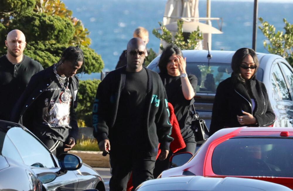 Kylie Jenner og Travis Scott ble sett sammen ute i offentligheten for første gang siden de ble foreldre i helgen. Her omringet av livvakter (og Kylies bestevenninne Jordyn Woods) mens de forlater restauranten Nobi.