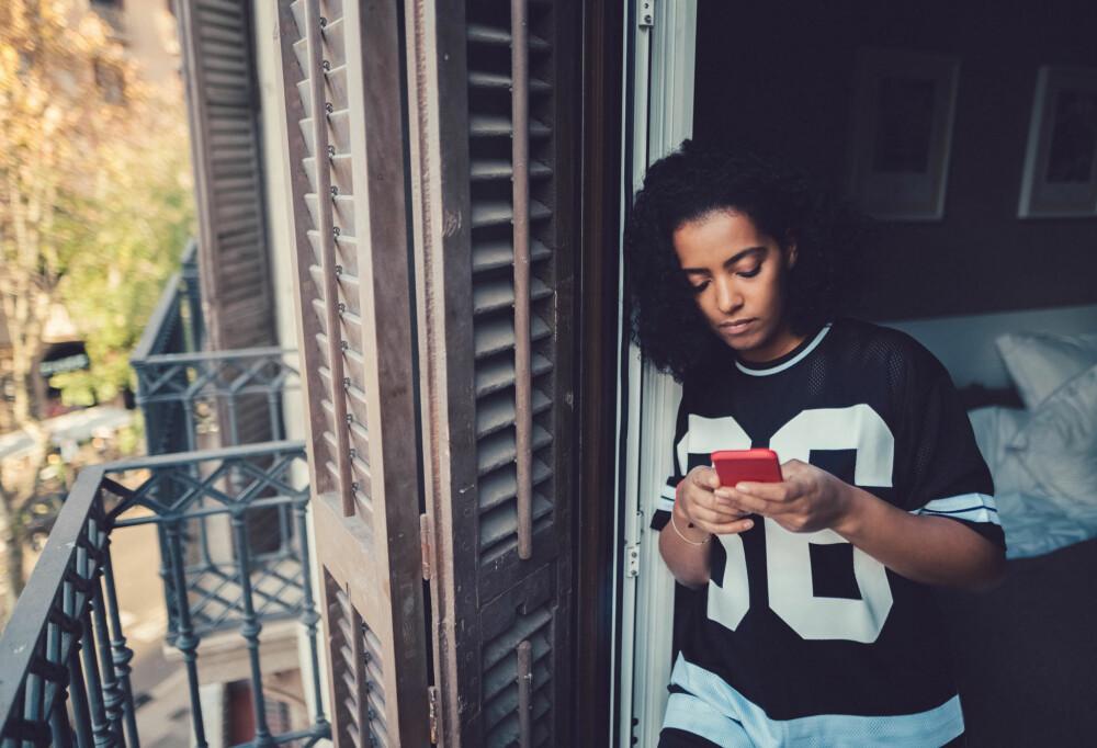 TA INITIATIV: Både gutter og jenter liker at den andre personen i datingrelasjonen tar kontakt. Så send en ekstra SMS, da vel!