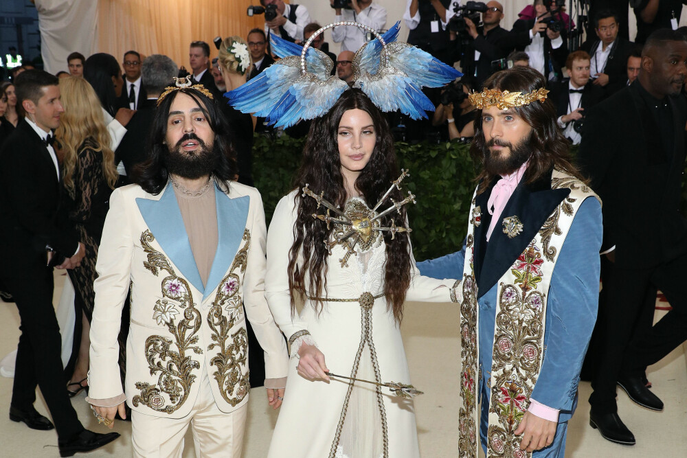Alessandro Michele, Lana Del Rey, og Jared Leto under Met-gallaen 2018. Temaet for årets galla er «Heavenly Bodies: Fashion & the Catholic Imagination».