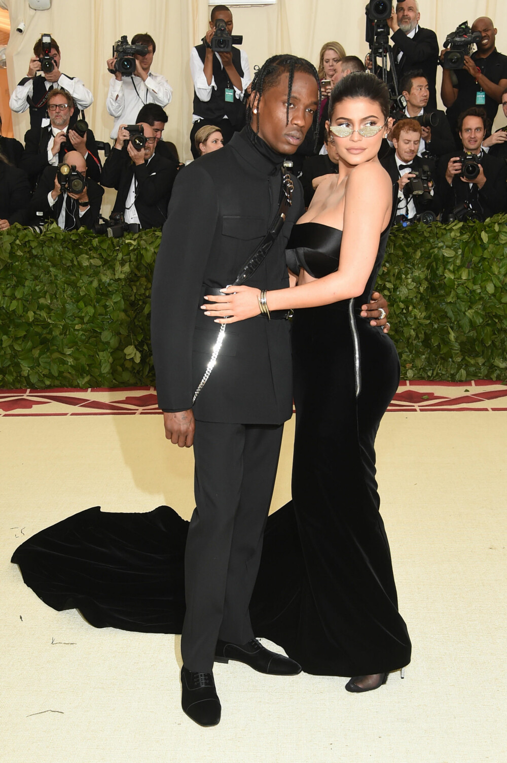 Travis Scott og Kylie Jenner under Met-gallaen 2018. Temaet for årets galla er «Heavenly Bodies: Fashion & the Catholic Imagination».