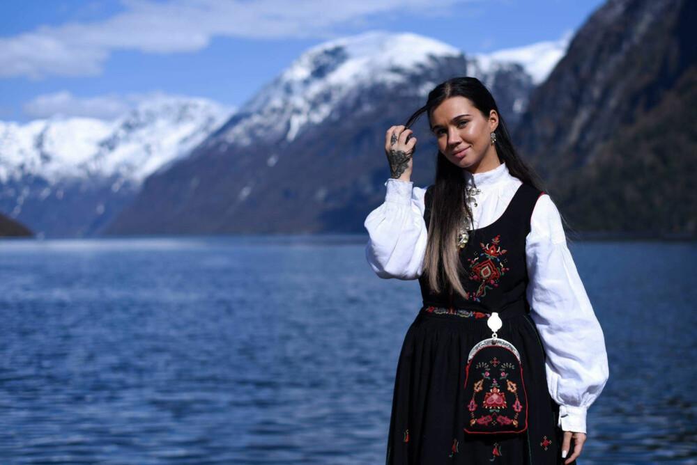 Sophie Vågsæter i Strandabunad og Nordalsskjorte.