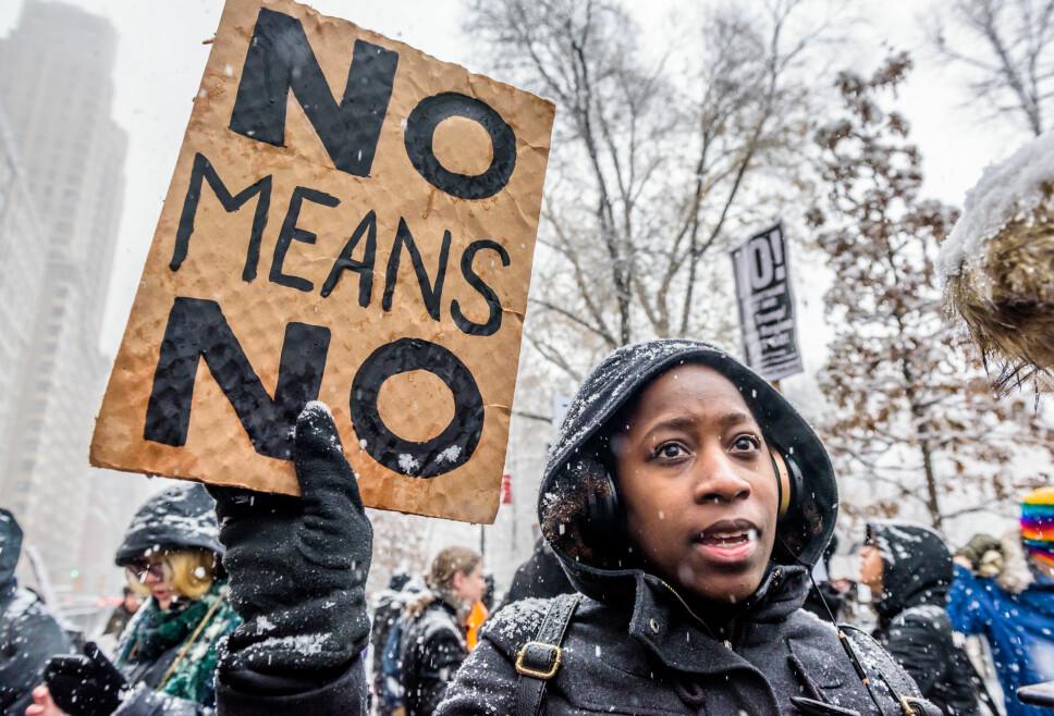 TUSENVIS I PROTEST: #Metoo-bevegelsen protesterer utenfor Trump International Hotel i New York i desember 2017.