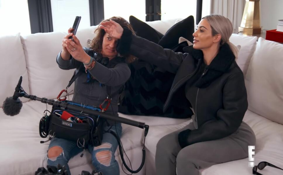 FIKK SEG «SELFIEASSISTENT»: Kim Kardashian rekrutterte Paxy fra filmcrewet som lager Keeping Up With The Kardashians som selfiehjelp.