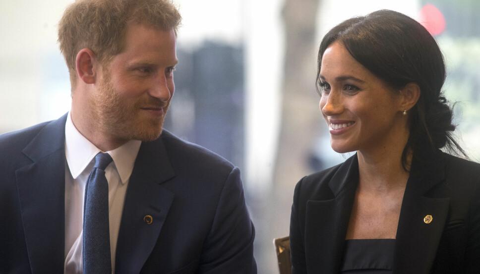 Oppslukt: Harry er rørende opptatt av sin kone og er ikke redd for å vise det offentlig.