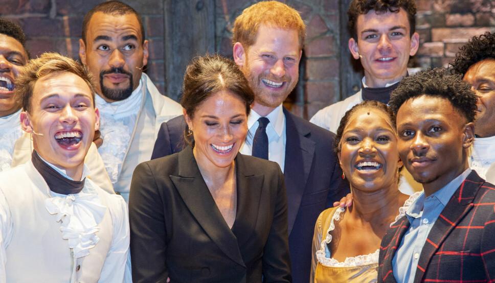 RØDMET: Meghan og Harry ønsket å takke skuespillerne etter en oppsetning av «Hamilton» da hun avslørte at hun kaller Harry «My love». Hun lo og rødmet da hun ble klar over glippen.