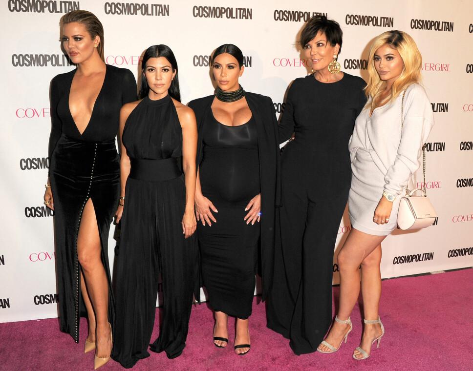 I VIRKELIGHETEN: Søskenflokken minus Kendall Jenner på Cosmopolitans 50-årsfeiring.