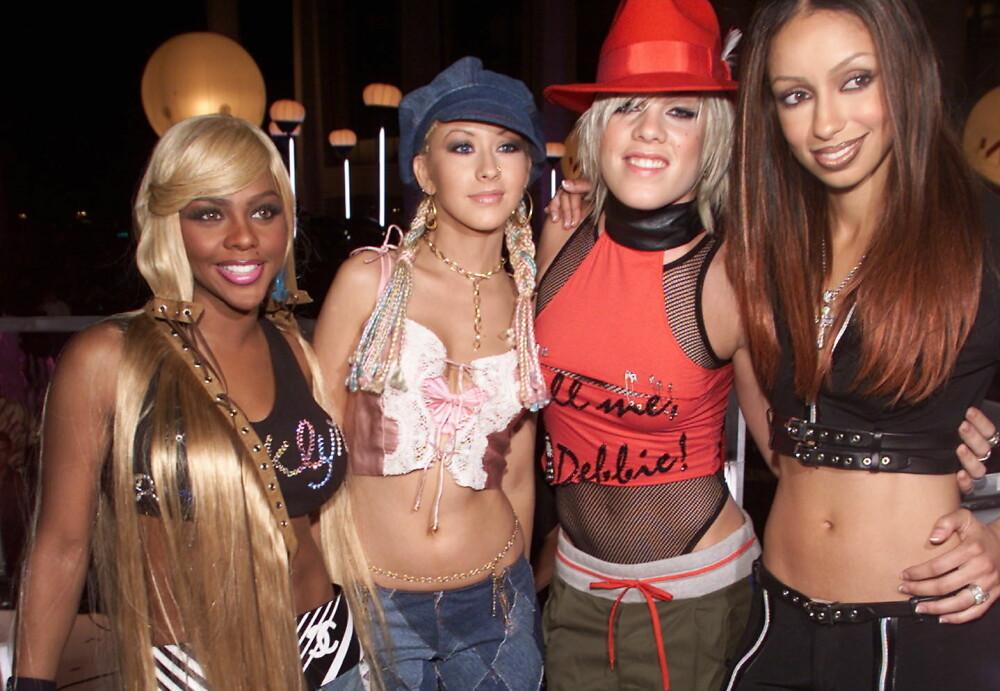 Christina Aguilera og Pink med hodeplagg som matchet forholdsvis buksen og toppen, her sammen med Lil Kim og Maya.