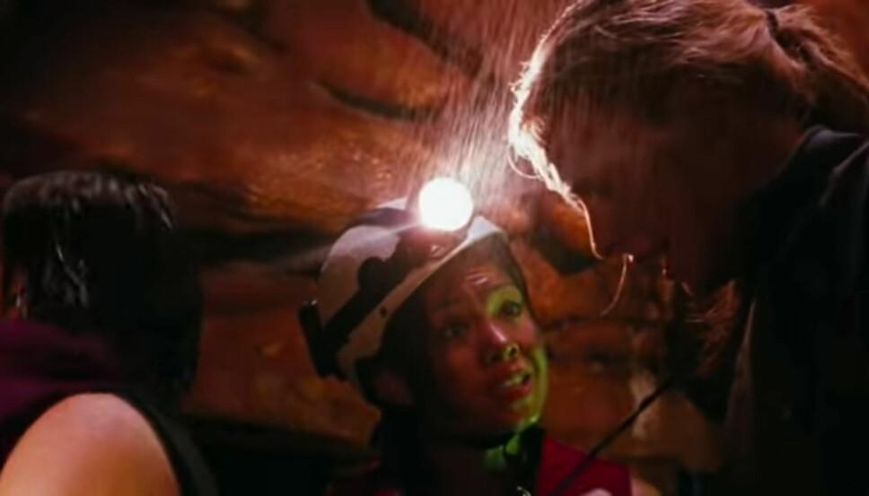 THE DESCENT: Juno forsøker å berolige Sarah etter at hulen de befant seg i har rast sammen.