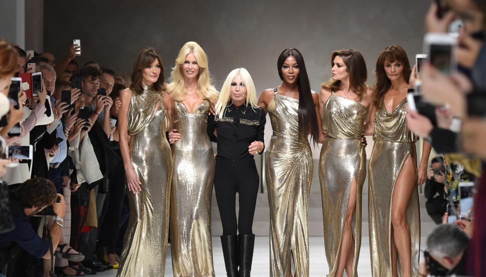 Noen av tidenes største supermodeller ble gjenforent for Versaces motevisning i Milano i september 2017. Cindy Crawford, Naomi Campbell, Claudia Schiffer, Carla Bruni og Helena Christensen bokstavelig talt strålte i sine glitrende gullkjoler. Her sammen med Donatella Versace.