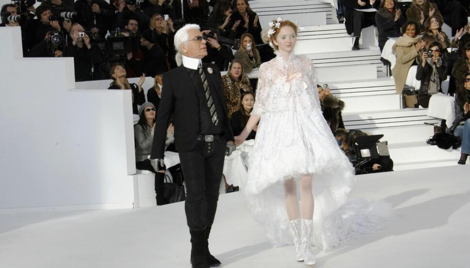 Lily Cole var både modell og skuespiller, og var kjent for sitt dukkeaktige utseende. Her avslutter hun Chanel-showet, sammen med kreativ direktør Karl Lagerfeld.