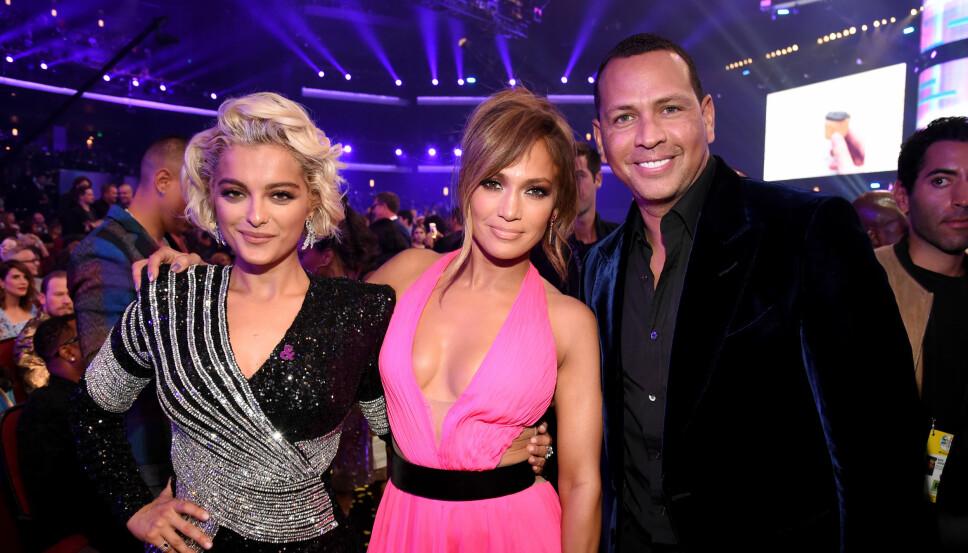 Jennifer Lopez og Alex Rodriguez poserer sammen med Bebe Rexha.