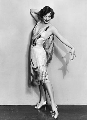 På 1920-tallet var armene bare, og skjørtelengden minkende. Da måtte håret igjen vike.