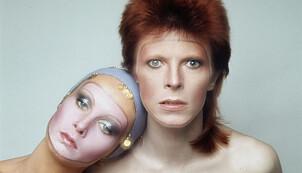 GLITTERBEVEGELSEN: David Bowie (her fotografert sammen med Twiggy) var blant de mannlige artistene som utfordret datidenes stereotypiske kjønnsroller.