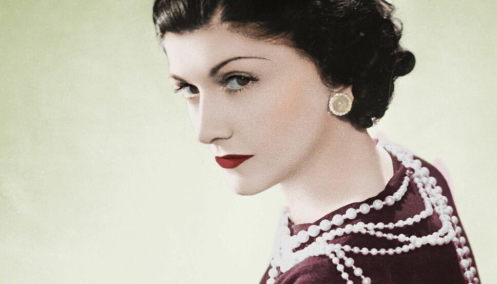 Coco Chanel var blant skjønnhetsikonenen som populariserte looken med røde lepper, mørke øyne og en solkysset glød.