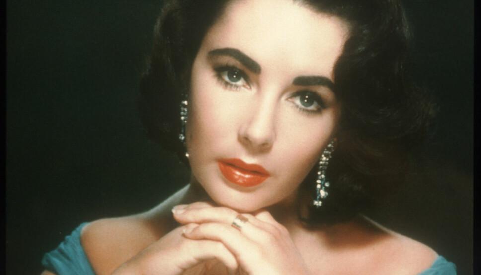 Elizabeth Taylor med røde lepper, mørke øyne og nærmest sorte øyenbryn.