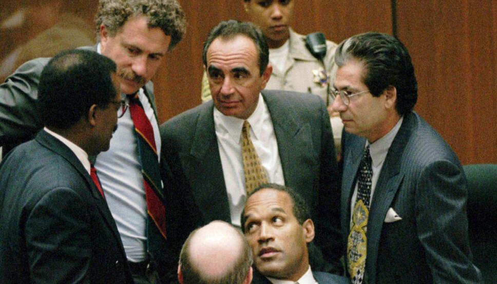 I RETTSSALEN: O.J. Simpson med sitt juridiske team rundt seg i rettssaken fra 1995. Fra venstre: Johhnie Cochran Jr., Peter Neufield, Robert Shapiro, Robert Kardashian og Robert Blasier (sittende til venstre).