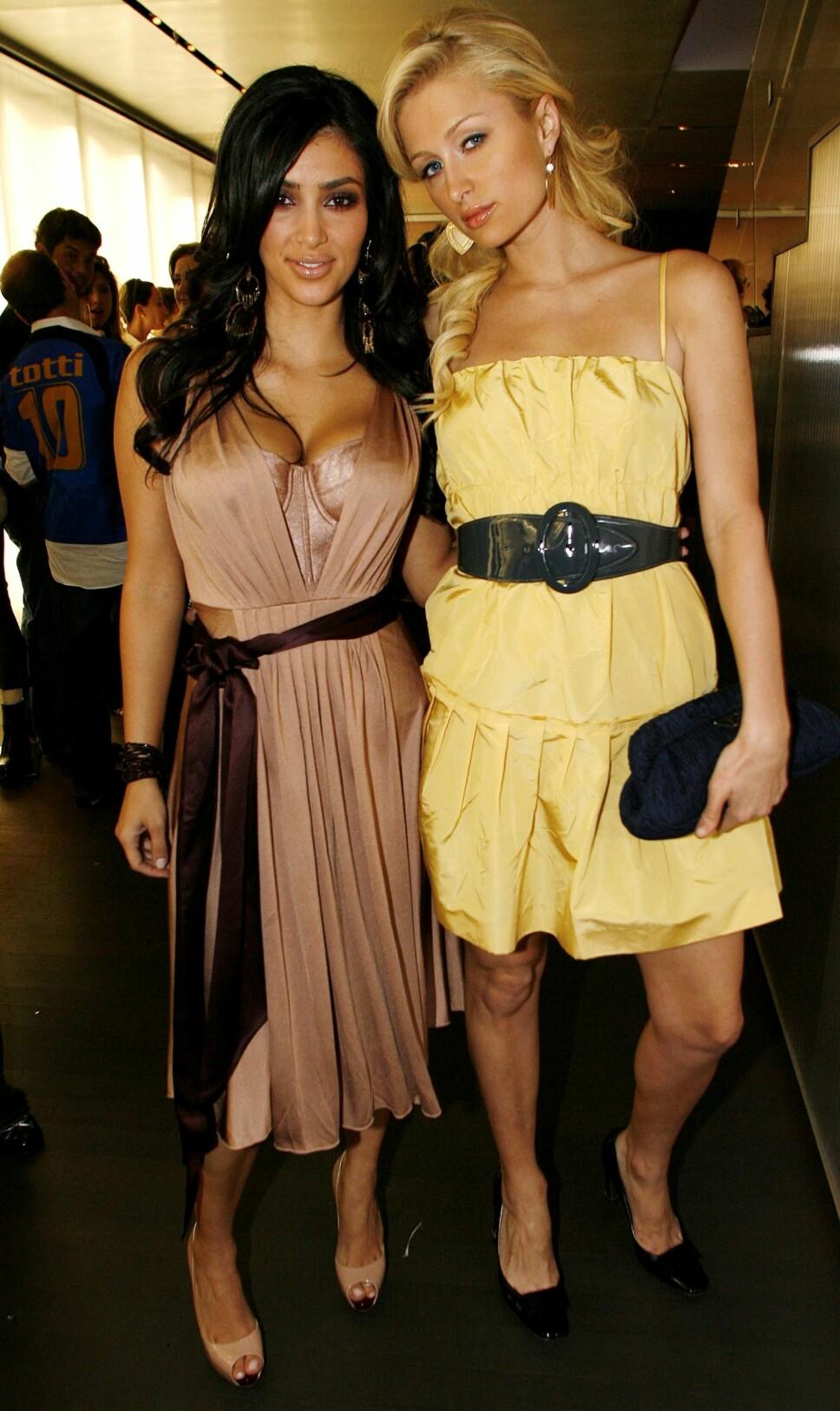 VENNINNER: Kim Kardashian sammen med Paris Hilton på Prada-åpning i Los Angeles i 2006. Den gang var Kim best kjent som garderobeassistenten til milliardærarvingen.