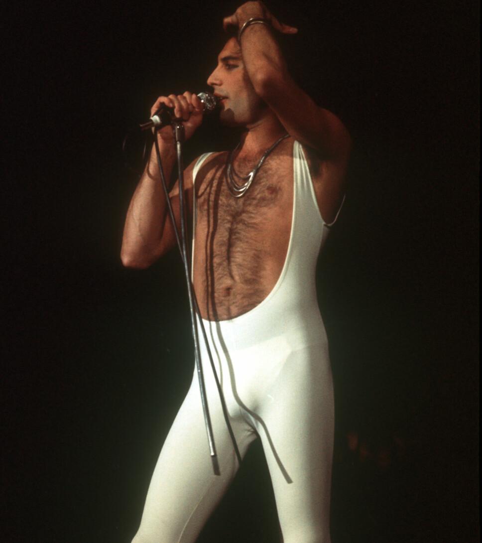 I HVITT: Freddie hadde en rekke ulike outfits som han gledet publikummet sitt med.