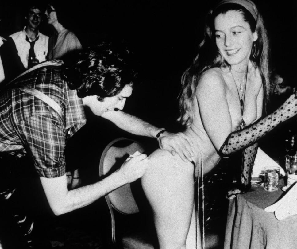AUTOGRAF: Freddie signerer rumpen til en jente i 1978