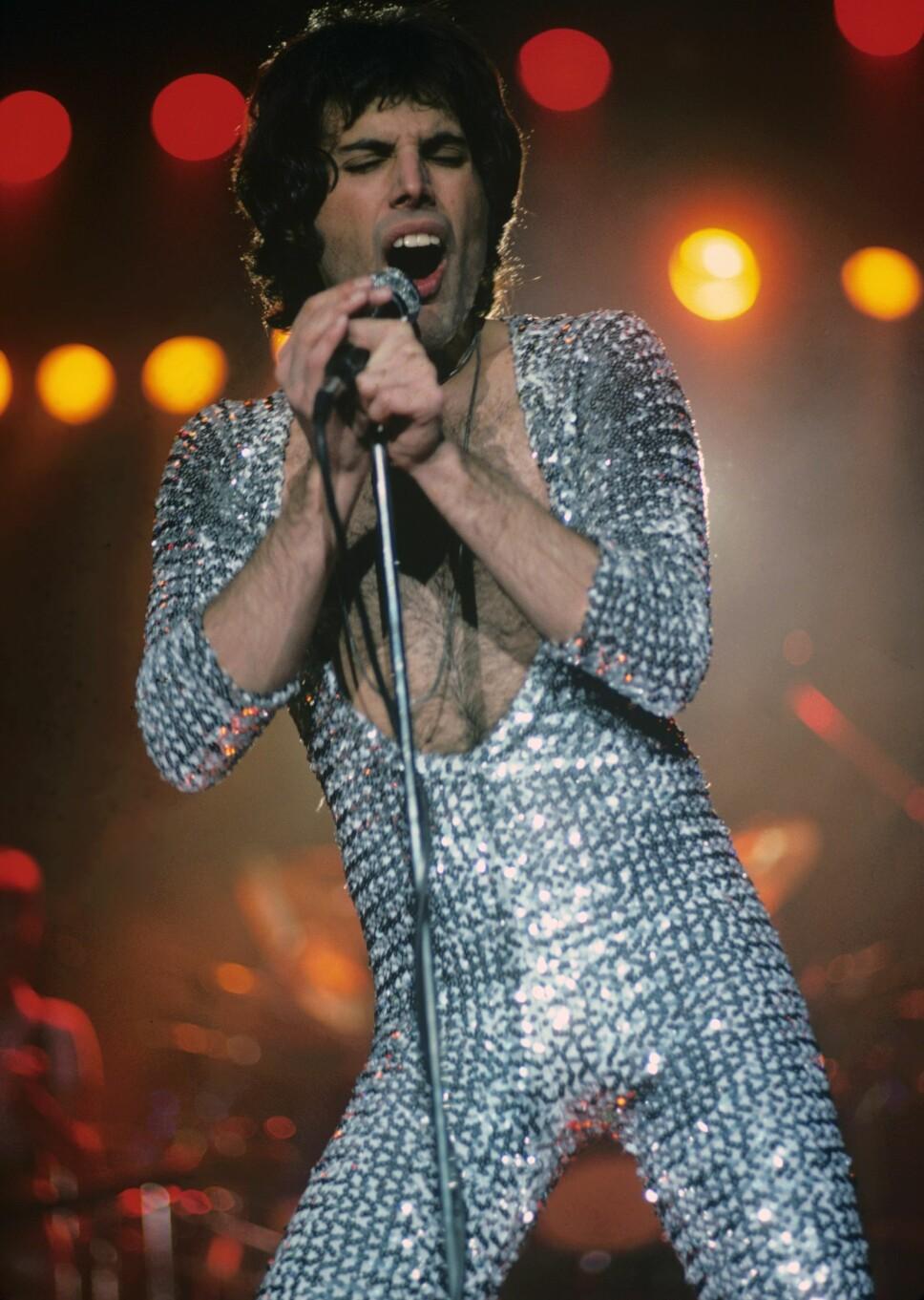 1977: Freddie på scenen i Boston i en sølvdrakt.