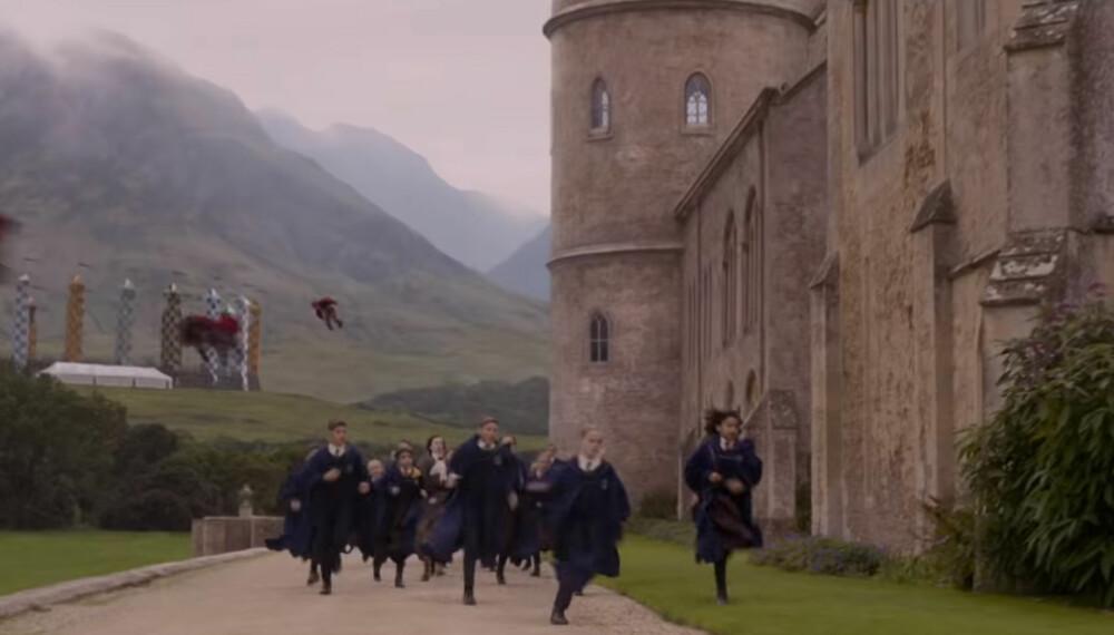 GLIMT: I denne scenen fra traileren til den siste «Fantastic Beasts»-filmen kan vi se Minerva McGonagall jage Leta LeStrange gjennom skolegården på Hogwarts.