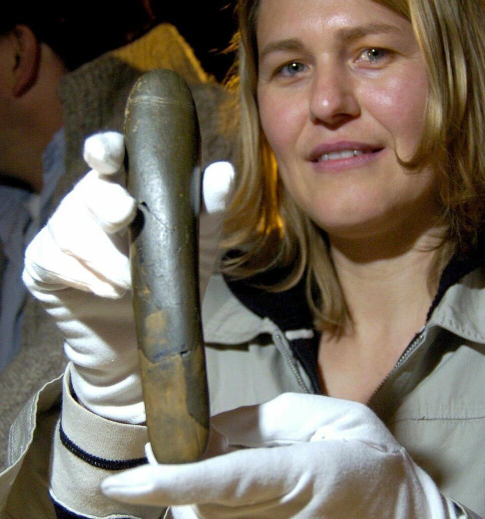 Dette stenobjektet ble funnet i en hule i Tyskland, og skal være rundt 28.000 år gammelt. Noen mener dette kan være den første representasjonen av et sexleketøy for kvinner.
