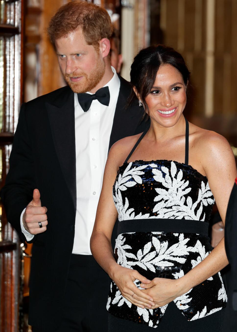 HÅNDEN PÅ MAGEN OG TOMMELEN OPP: Det er lykkelige tider i det britiske kongehuset.