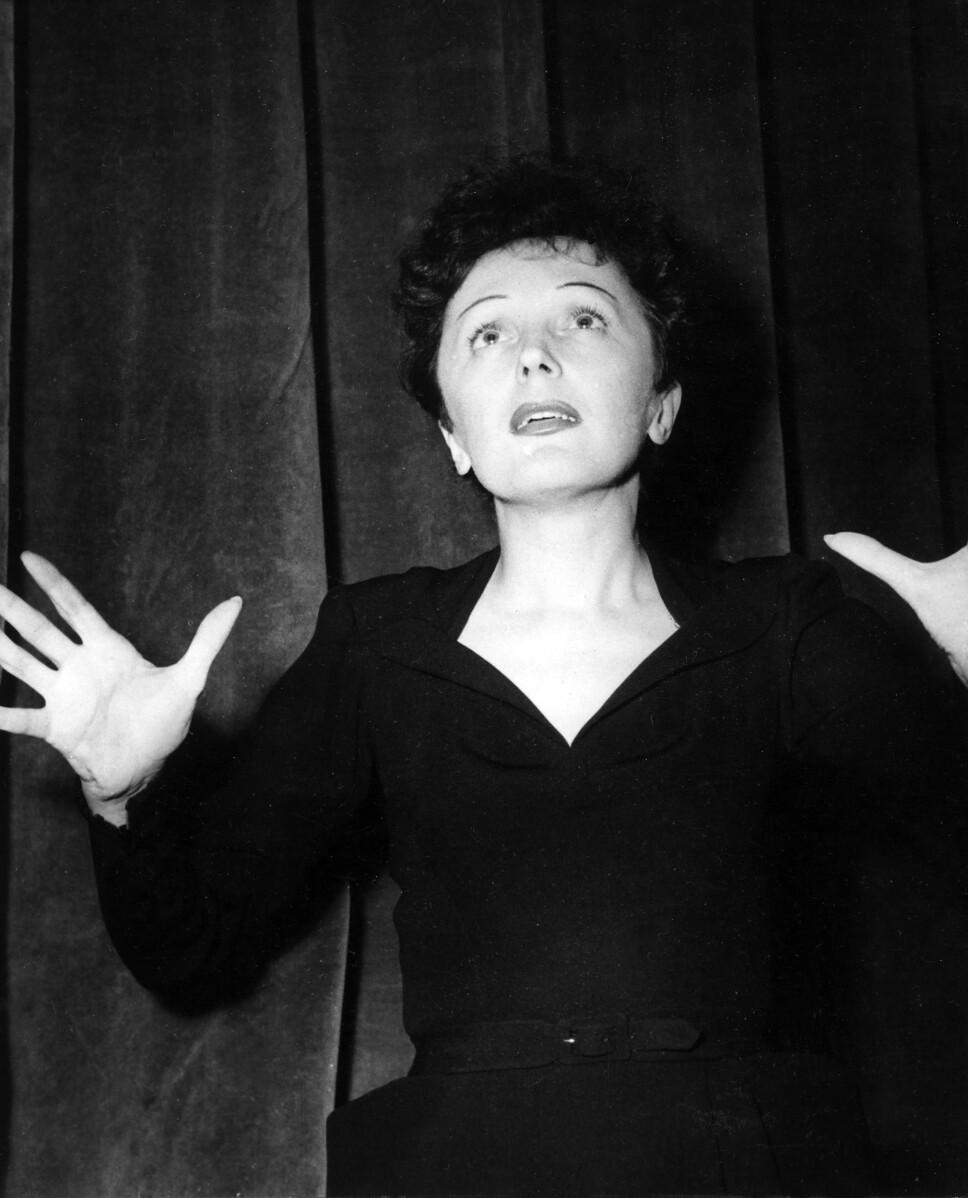 ALLTID I SVART: Edith Piaf, som alltid bar en svart kjole da hun fremførte sanger på scenen, ble kalt «den lille, svarte spurven».