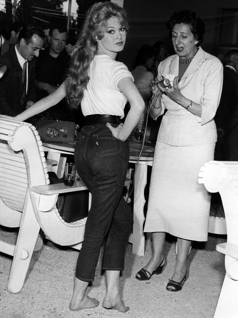 Brigitte Bardot kledd i jeans. Bardot var en av dem som var med å gjøre buksene populært blant ungdom på 70-tallet.