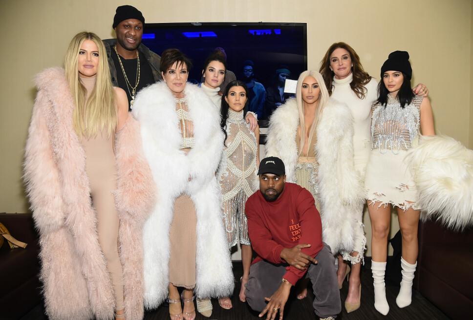 BERØMT FAMILIE: Nesten hele Kardashian-/Jenner-klanen. Khloe Kardashian (f.v.), hennes eksmann Lamar Odom, Kris Jenner, Kendall Jenner, Kourtney Kardashian, Kanye West, Kim kardashian, Caitlyn Jenner og Kylie Jenner.