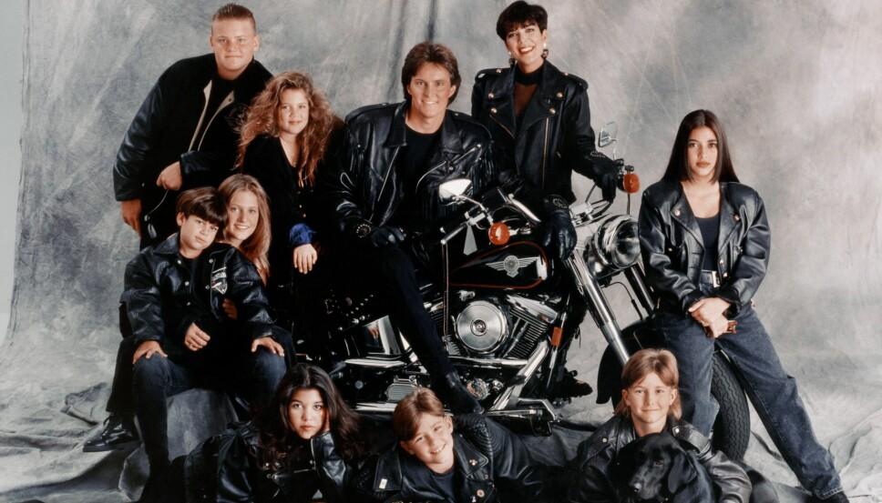 LOS ANGELES - 1993: (øvert fra venstre) Burton Jenner, Khloe Kardashian, Bruce Jenner, Kris Jenner, Kim Kardashian, Brandon Jenner, Brody Jenner, Kourtney Kardashian, Robert (Rob) Kardashian Jr. og Cassandra Jenner.