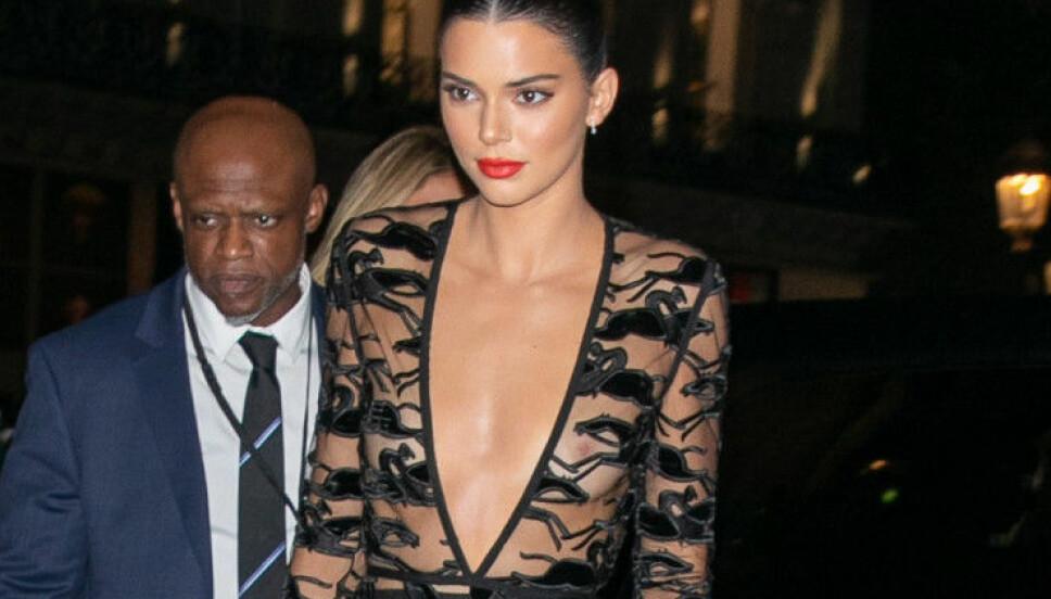 FEIRET LONGCHAMPS: Det tradisjonsrike merket feiret 70 år. Kendall dukket opp i denne kjolen og tok pusten fra alle.