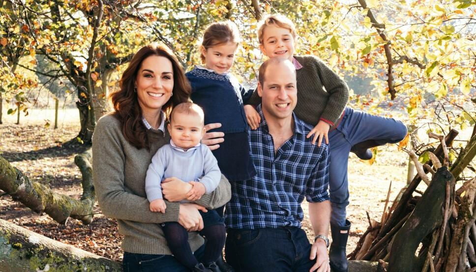 ÅRETS JULEKORT: Kate og William med sine tre barn, Lous, Charlotte og George, på årets julekort fra Kensington Palace.