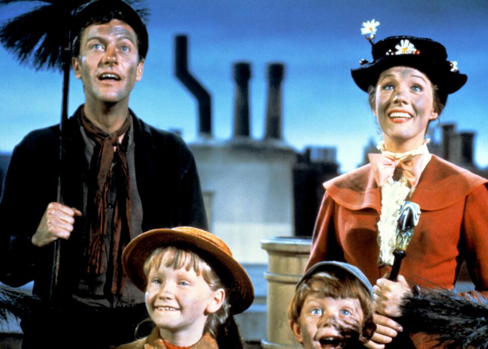 DEBUTFILMEN: 29 år gammel spilte Julie rollen som «Mary Poppins». Hennes medskuespiller, Dick Van Dyke er nå 92 år gammel, og spiller i den nye versjonen av filmen – 54 år etter originalen.