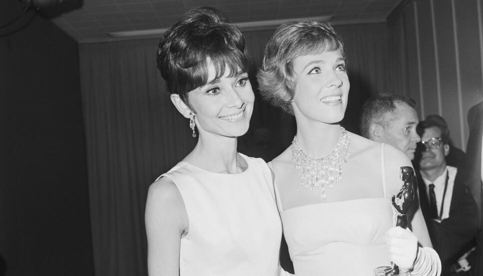 OSCAR-VINNER: Julie Andrews vant Oscar for sin rolle som Mary Poppins i filmen med samme navn. Her poserer hun med skuespillerlegenden Audrey Hepburn etter utdelingen i 1965.