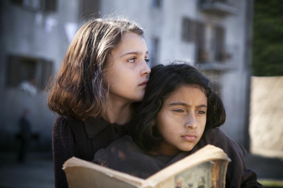 SUKSESS: HBO-serien «My Brilliant Friend» er basert på bøkene til Elena Ferrantes, og i rollen som Elena finner vi norske Elisa.