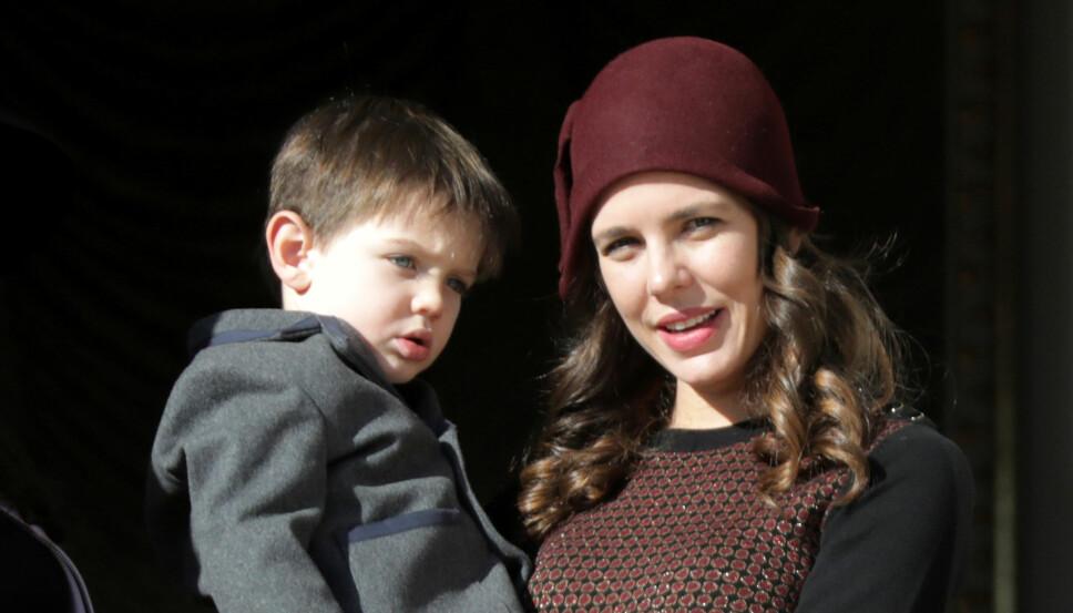 SINGEL MAMMA: Charlotte Casiraghi sammen med sin eldste sønn Raphael.