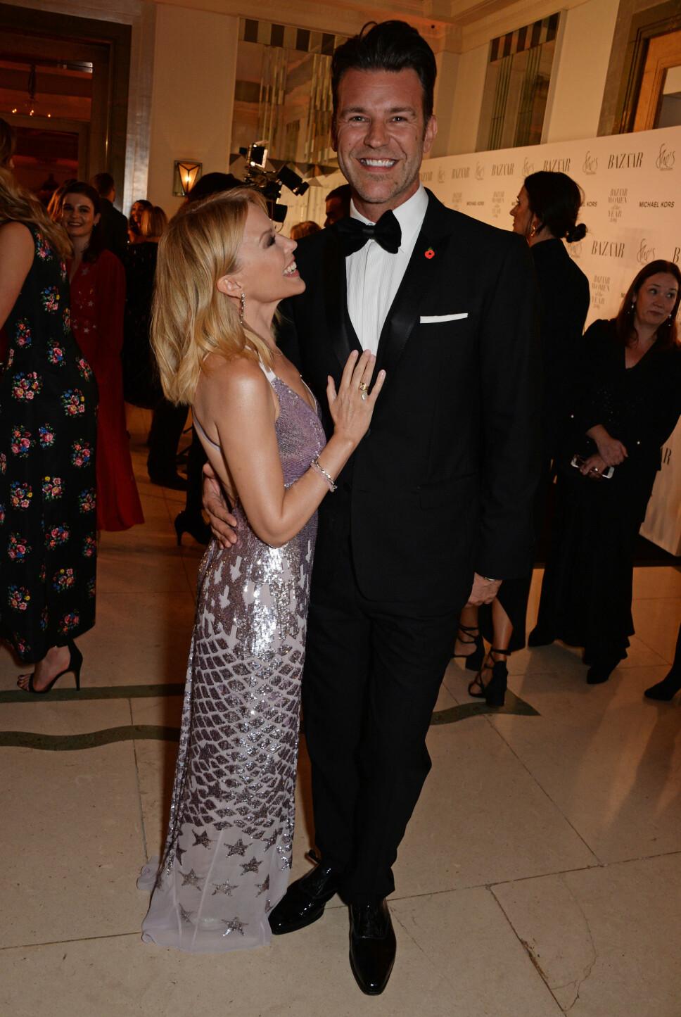 FORELSKET: Kylie ser ut til å være stormende forelsket i sin sju år yngre kjæreste, Paul Solomons.