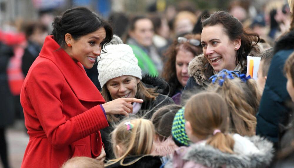 PRATET MED DE OPPMØTTE: Hertuginne Meghan tok seg god tid til å prate med de oppmøtte under det kongelige besøket i Birkenhead tidligere i januar. Der skal hun også ha røpet at hun er seks måneder på vei.