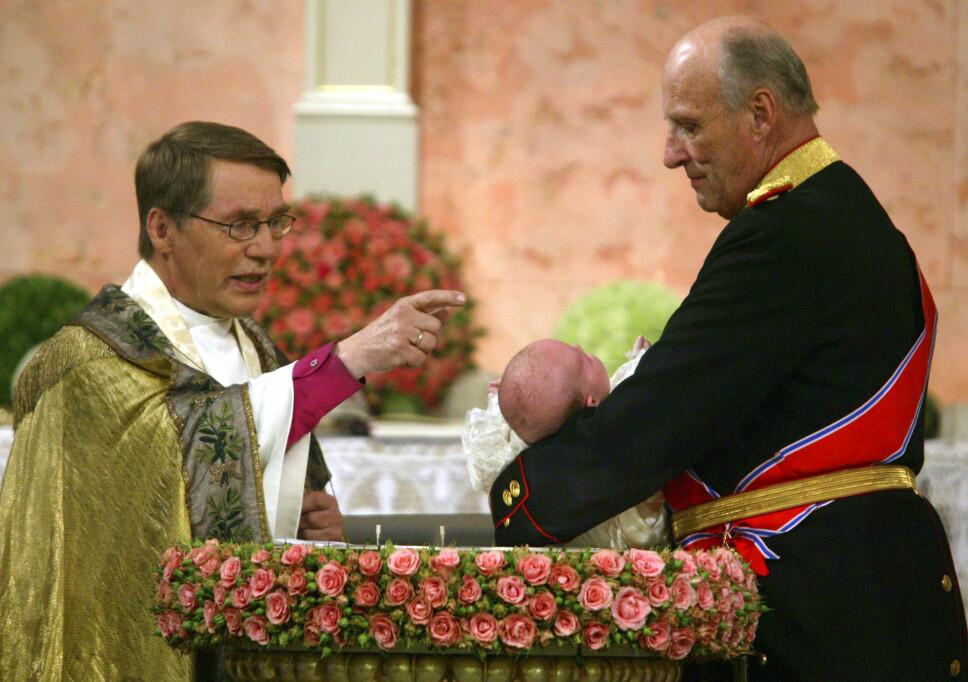 DÅPEN: Biskop Gunnar Stålsett døper prinsesse Ingrid Alexandra som holdes av kong Harald under dåpsseremonien i Slottskapellet i 2004.