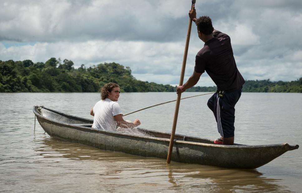 PÅ FISKETUR: Nilson lærer Marlon å fiske i Colombia.