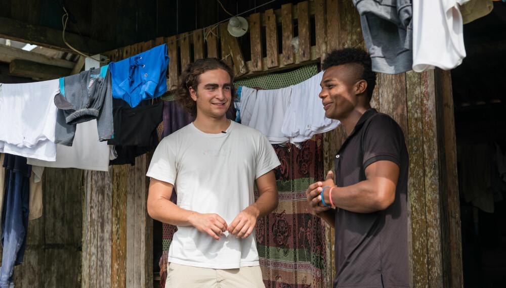 MANN TIL MANN: Marlon og Nilson har en mann-til-mann-samtale på balkongen til Nilson i Colombia.