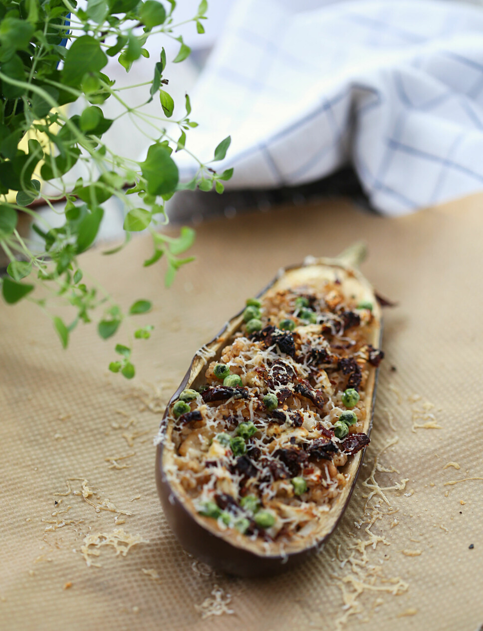 Bakt aubergine med byggryn og soltørket tomat