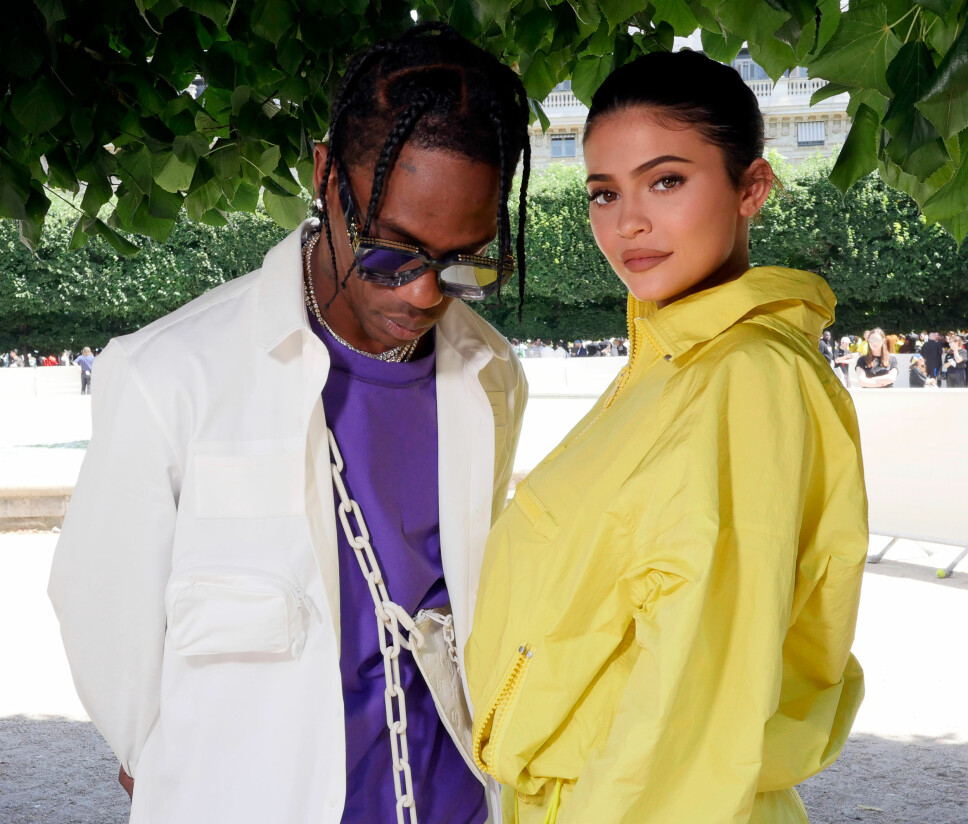 NYE SPEKULASJONER: Fansen elsker å spekulere i siste nytt i forholdet til Travis Scott og Kylie Jenner. Her er paret på Louis Vuittons motevisning under Paris Fashion Week 21. juni 2018.