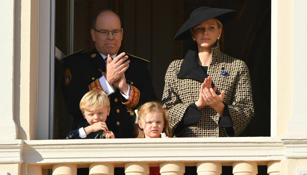 FAMILIEBILDE: Det er sjelden hele familien viser seg sammen, men her er fyrst Albert og fyrsinne Charlene sammen med barna Gabriella og Jaques på nasjonaldagen i Monaco 19. november i fjor.