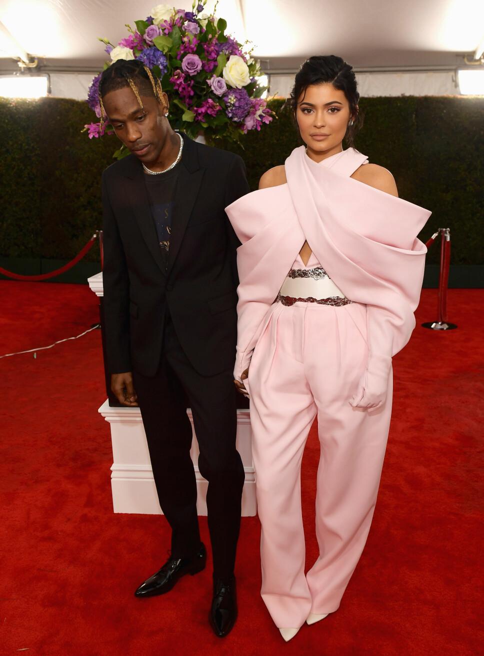 SPESIELT ANTREKK: Kylie Jenner og Travis Scott på den røde løperen under Grammy-utdelingen. Kylie Jenners buksedress har i ettertid blitt slaktet i flere medier som et av kveldens dårligste antrekk. Det kan også legges til at paret kom for sent for selve pressedekningen, og at dette er grunnen til at det ikke er noen andre rundt dem på bildet.